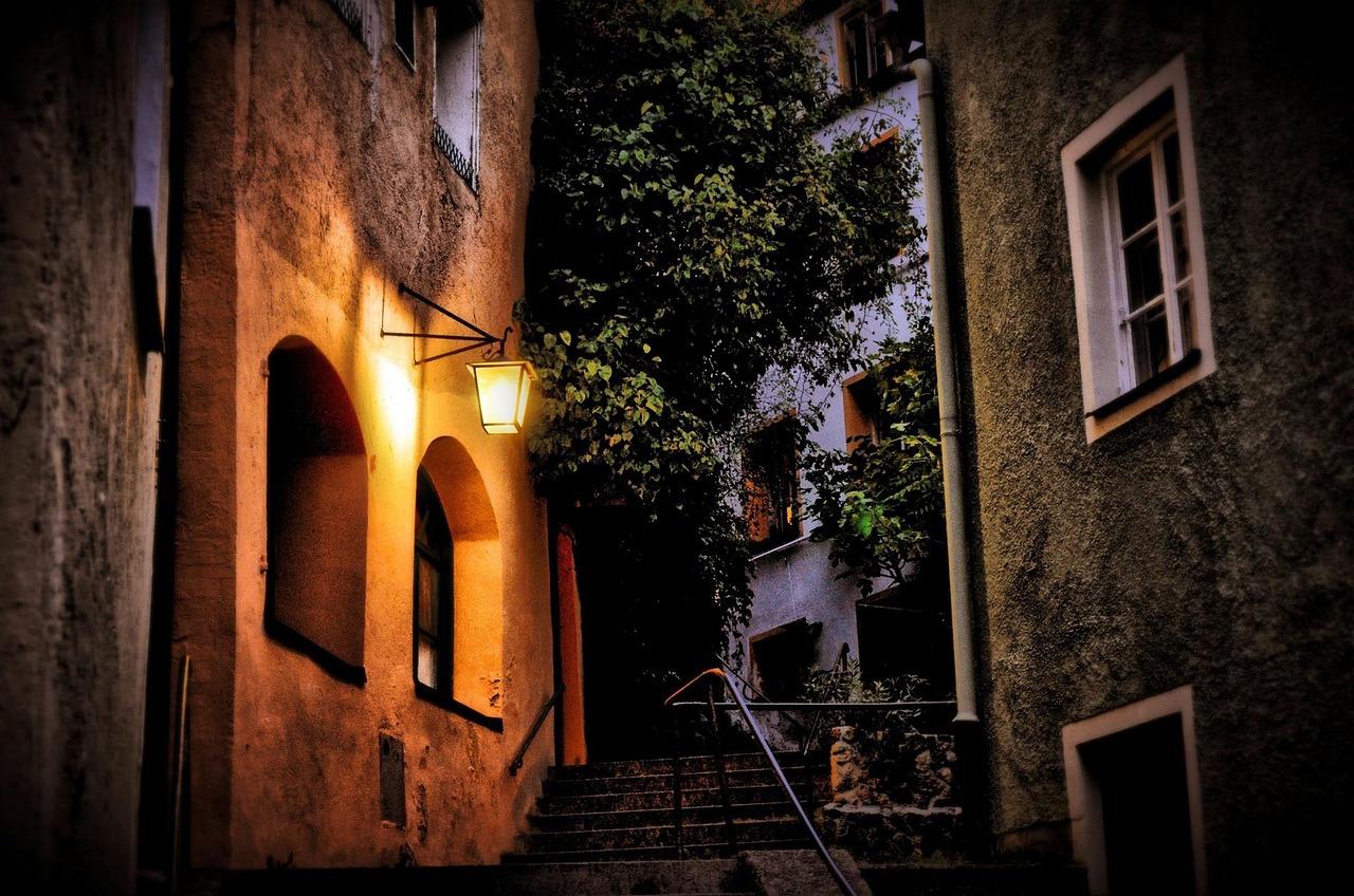 Открытка, картинка с фонарем старый город