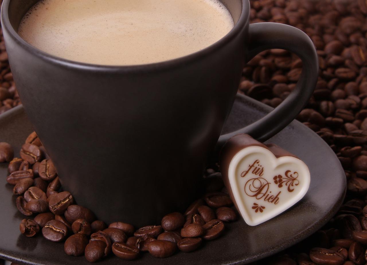 煤气灶上烘焙咖啡豆