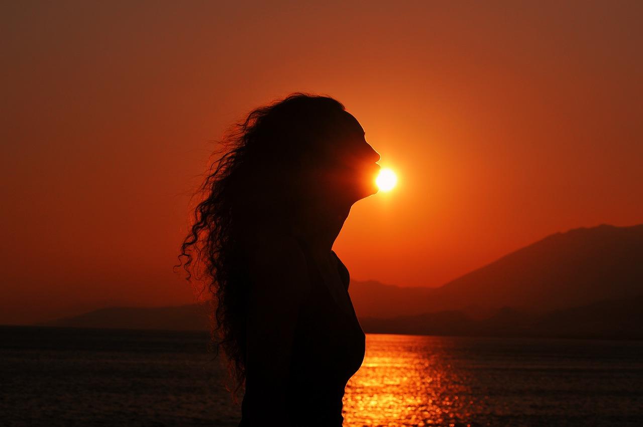 Силуэт девушки на солнце картинки