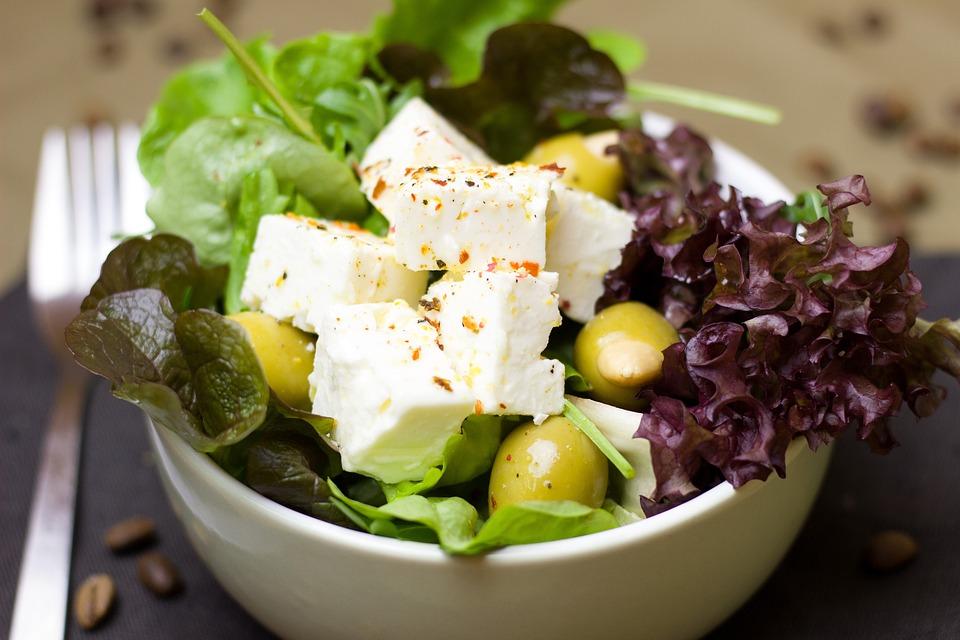 サラダ, リーフ レタス, オリーブ, チーズ, 羊のチーズ, 食べる, ビタミン, 新鮮, 健康, 緑