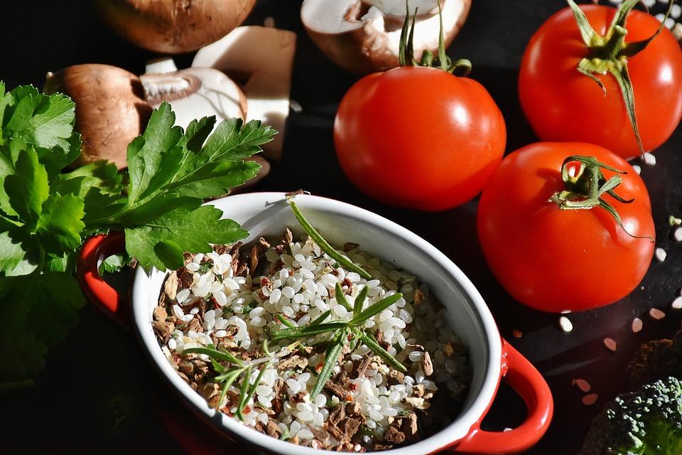 米, キノコ, リゾット米, マッシュルーム (茶色) します, トマト, ハーブ, 食べる, 調理する