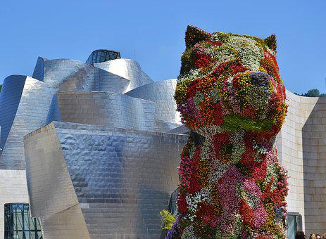 Vista del Museo Guggenheim Bilbao y la figura del perro Puppy