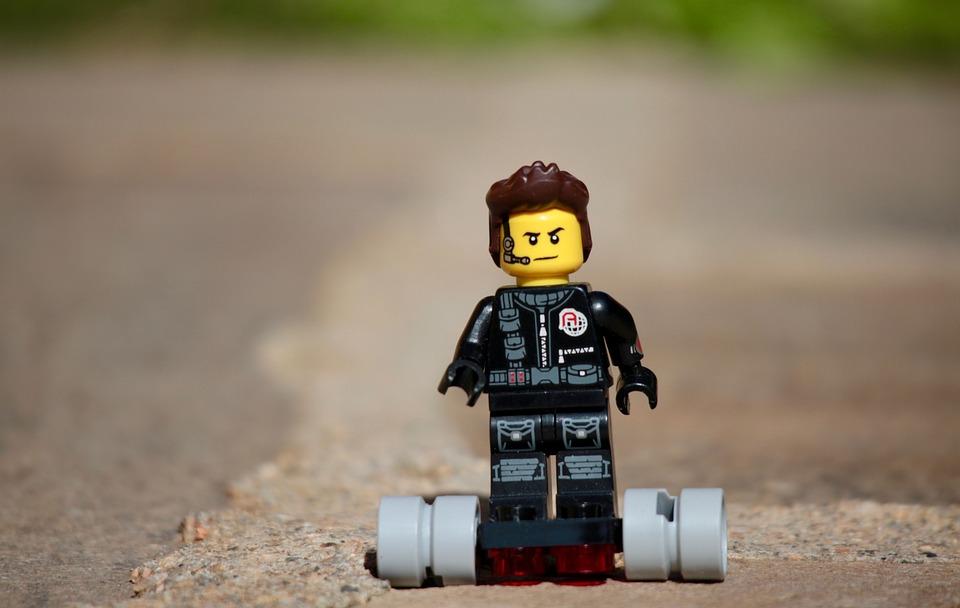Una costruzione Lego che raffigura un omino su di un hoverboard.