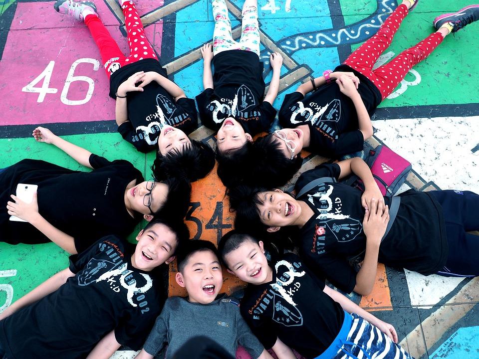 子供, 円の中に横たわっています, 少年たち, 女の子, 人, 若いです, 子, 楽しい, グループ, 笑顔