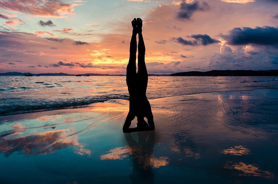 Soporte De Yoga En Las Manos Silueta