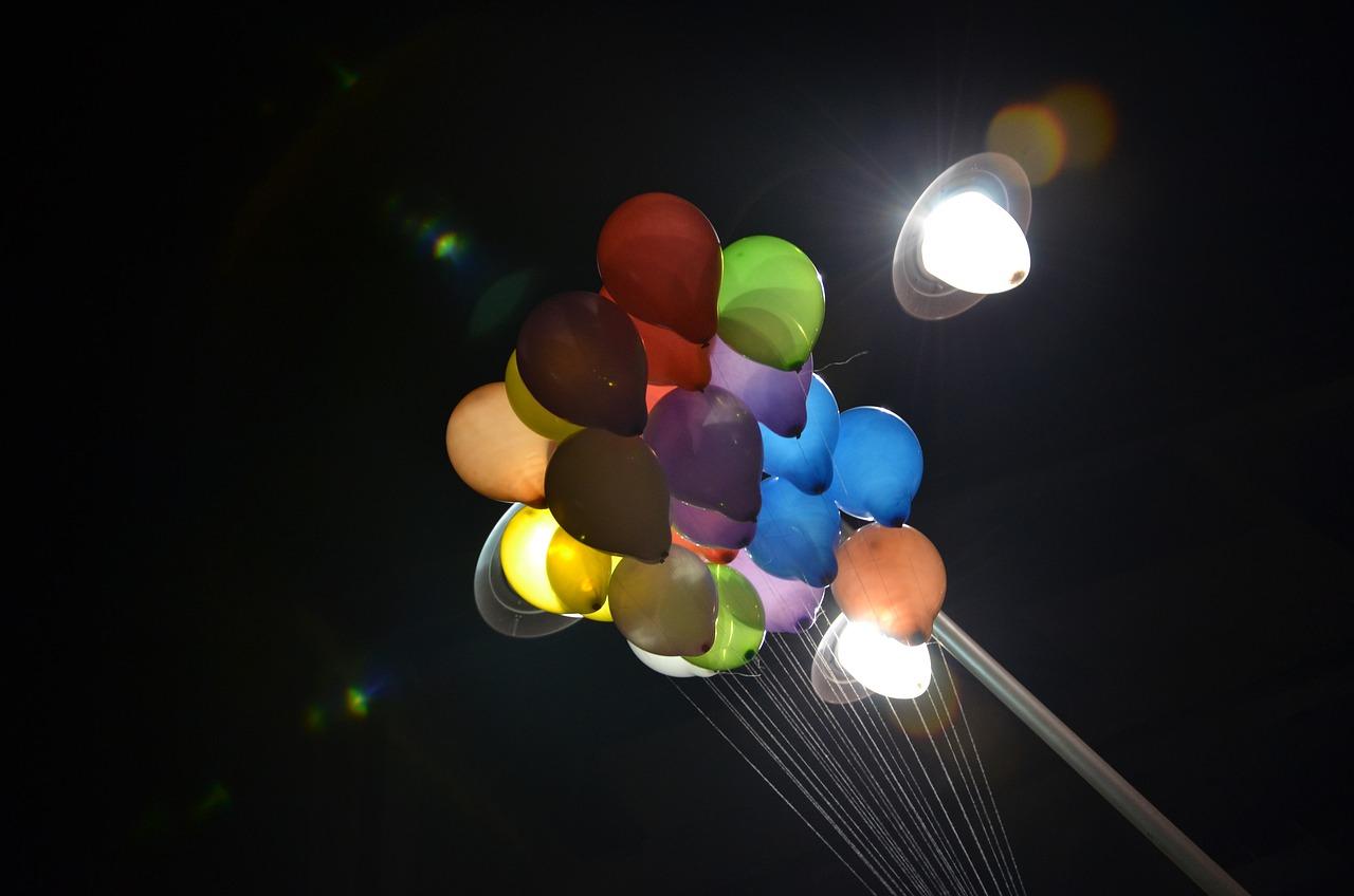 Шарики в небо ночью фото