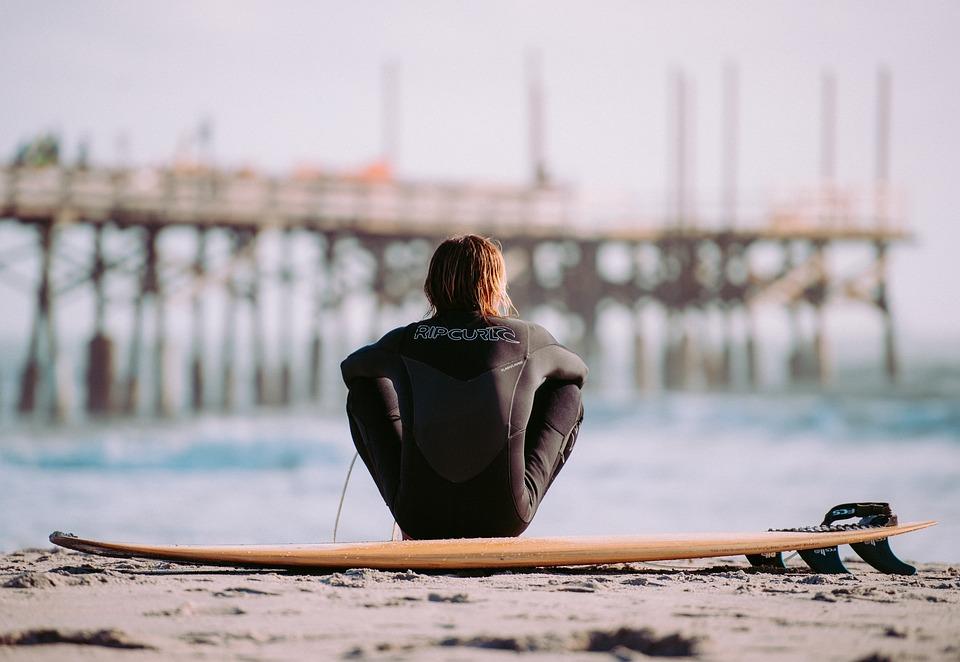 サーファー, 男, 男性, 桟橋, 砂, ビーチ, サーフィン ボード, 休暇