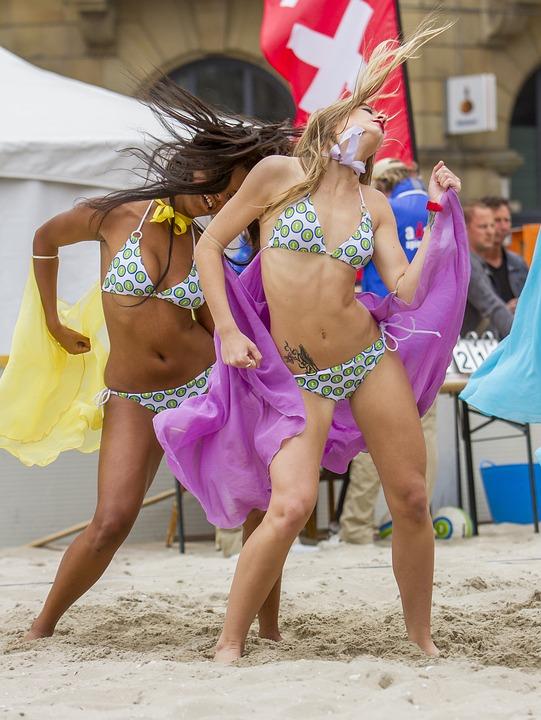 Танцы на пляже в секси