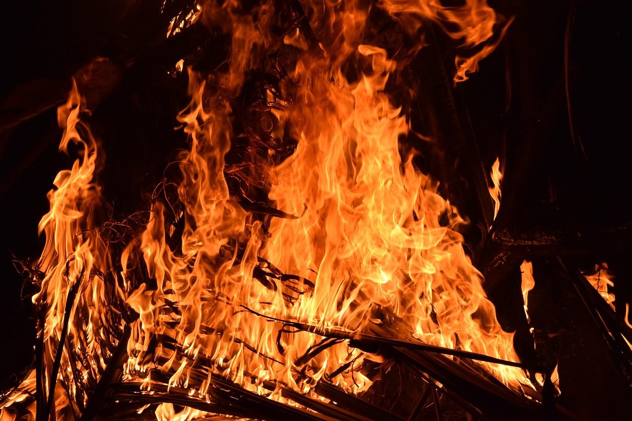 В Йошкар-Оле пожарные эвакуировали 20 человек из задымленного подъезда