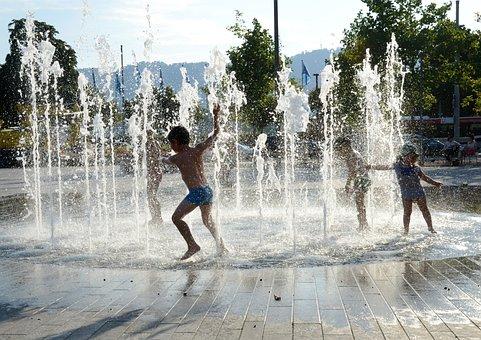 Crianças Brincando, Fonte De Água