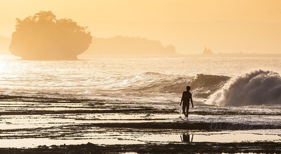 海岸, 漁民, 朝日, もや, 波, サワルナ海岸, インド洋, ジャワ島, インドネシア