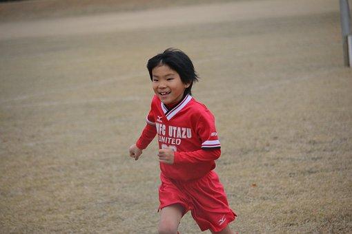 小学生, サッカー, 男の子, 走る