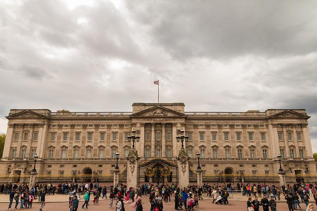 buckingham palace queen royals  u00b7 free photo on pixabay
