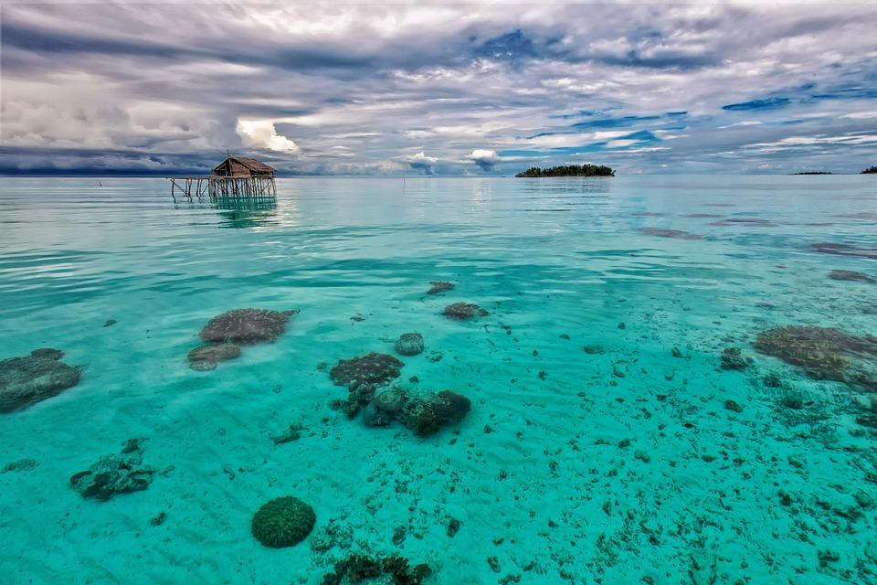 浅い海 ターコイズブルー 水上小...