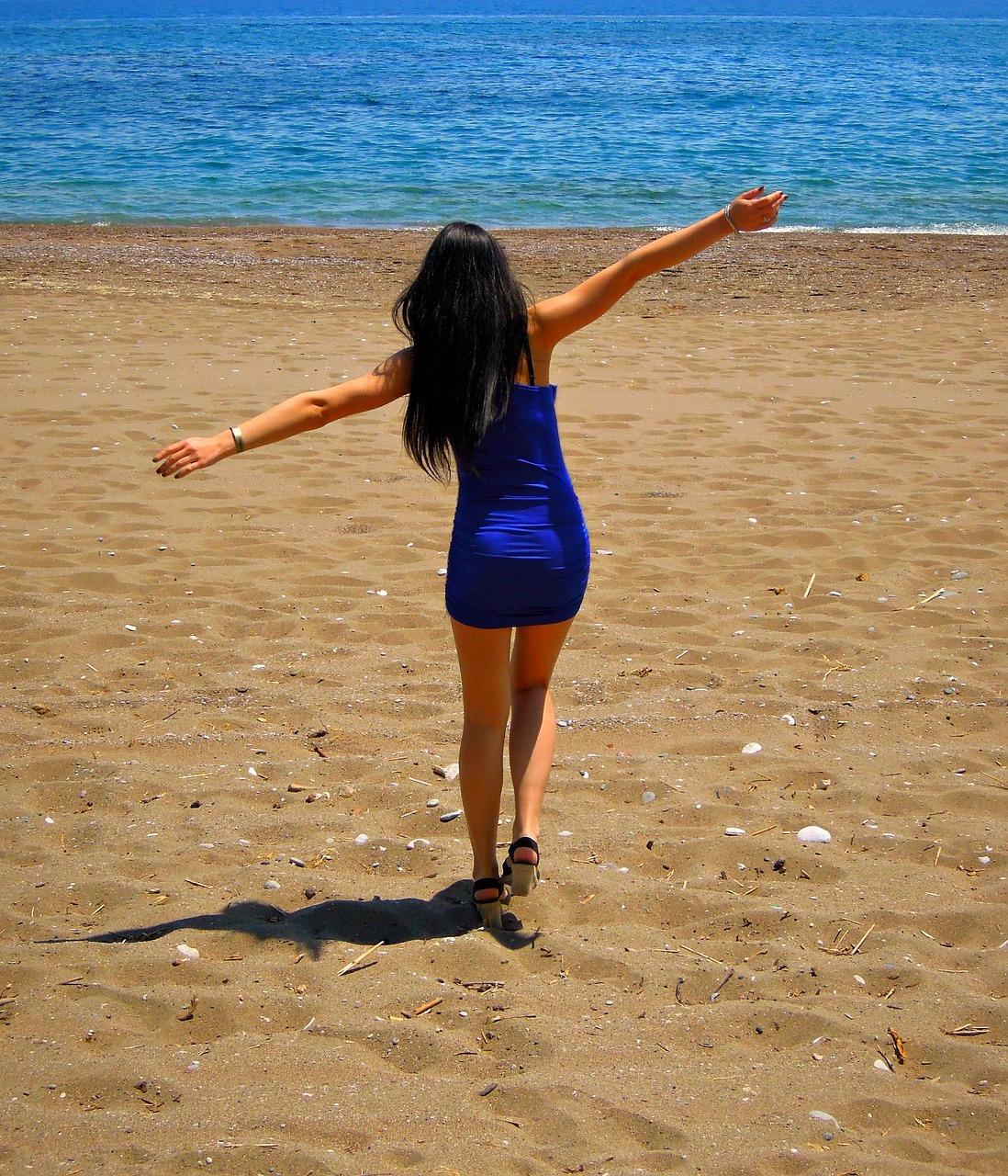 Картинки девушки брюнетки на море со спины