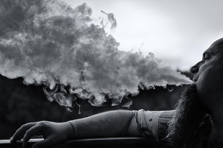 выбор фотографии сигаретного дыма оппозиционера