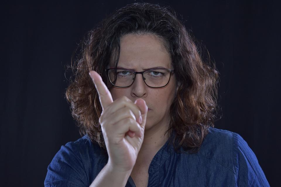警告, 怒って, 注意してください, 指, 女性, メガネ, 厳格です, なし, できません, 青いガラス