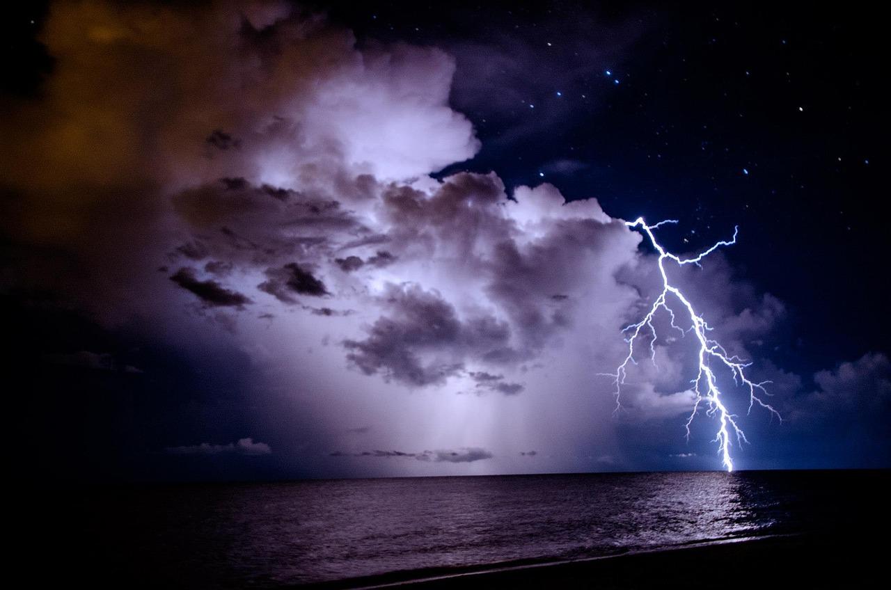 Фотографии молнии в ночном небе