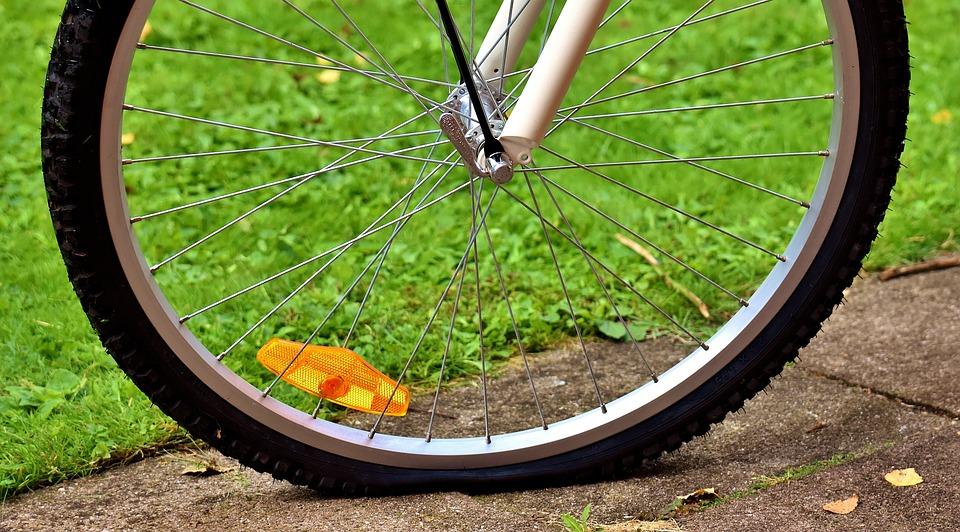 https://cdn.pixabay.com/photo/2017/05/07/23/19/bicycle-tires-2293967_960_720.jpg