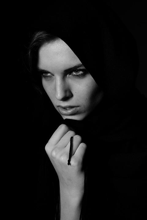 γυναίκα στο μαύρο