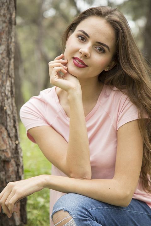 model  Outdoor fashion photo of young beautiful lady surrounded autumn  leaves Freepik