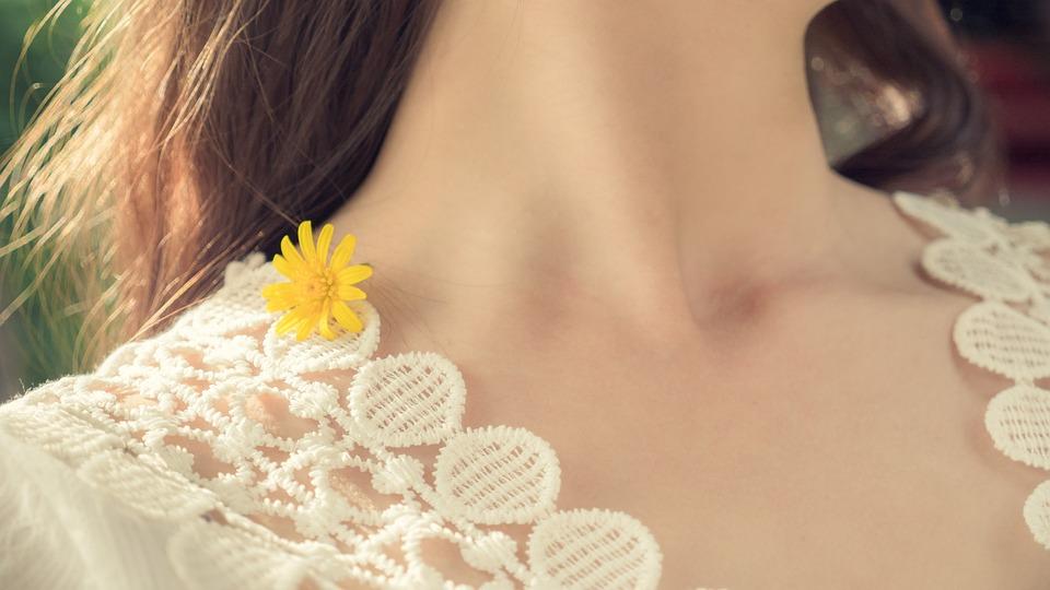 黄色, 花, 女の子, 春, 首, 黄色の花, 生活スタイル, 日当たりの良い, 女性, 若いです
