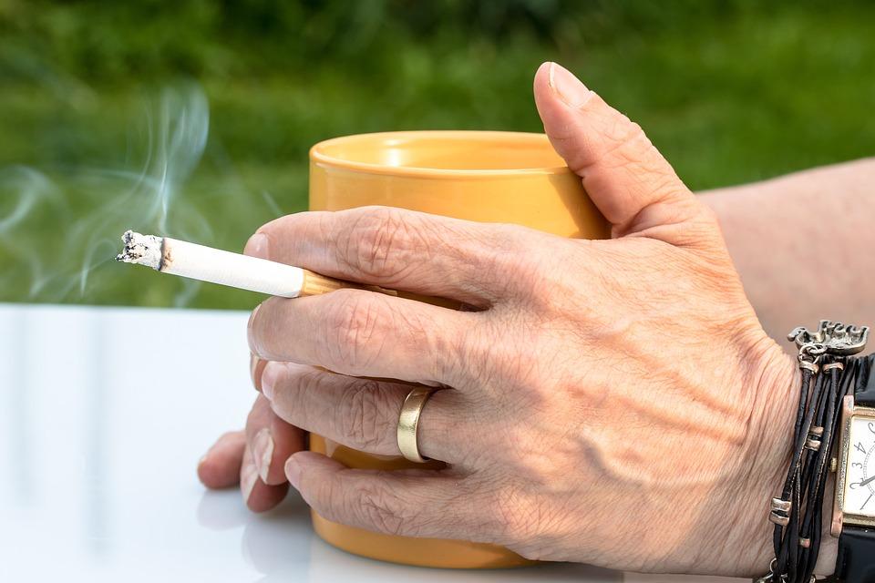 香烟, Fag, 手, 烟, 咖啡杯, 烟草, 成瘾, 不良, 吸烟, 很容易上瘾, 尼古丁, 肺癌
