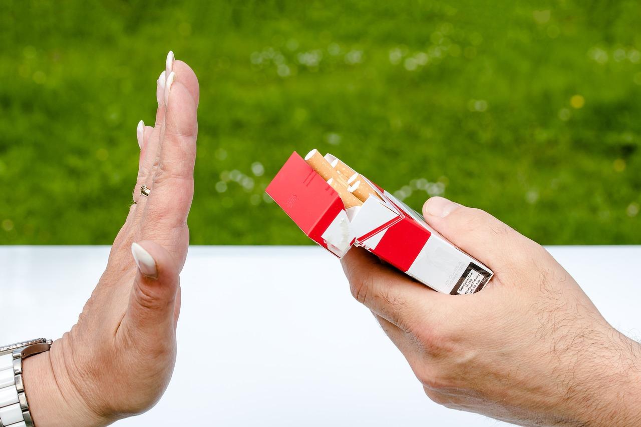 Non Fumeur, Boîte De Cigarette, Cigarettes, Les Mains