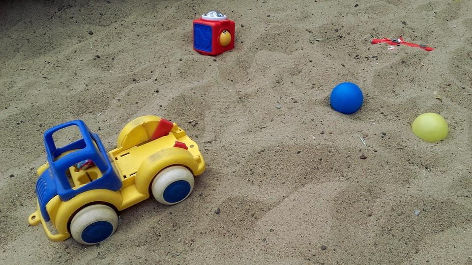子どもたち, おもちゃ, グッズ, 楽しい, 砂場, 砂, ボール, おもちゃの車, ダンプ車, 子供のための