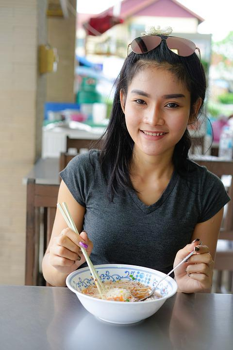 https://cdn.pixabay.com/photo/2017/06/18/19/57/beautiful-thailand-2417042_960_720.jpg