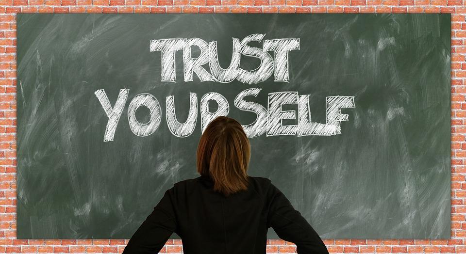 판, 학교, 자신감, 계속, 낙담, 앞으로, 믿어, 자신의 가치, 신뢰, 성격, 슬레이트, 교육