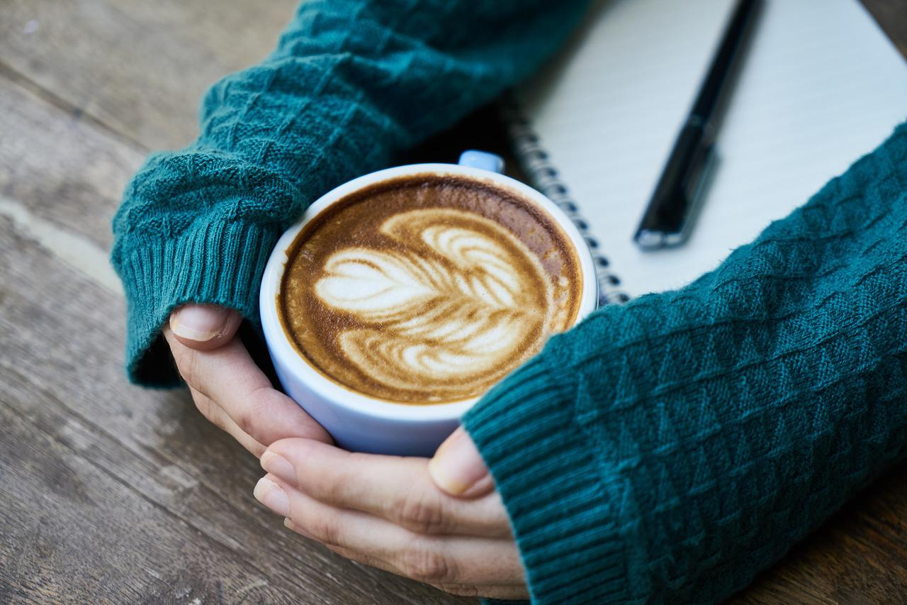 Картинка с чашкой кофе в руках