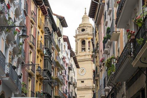Vista de Edificios y en el centro la Catedral de Santa María la Real de Pamplona