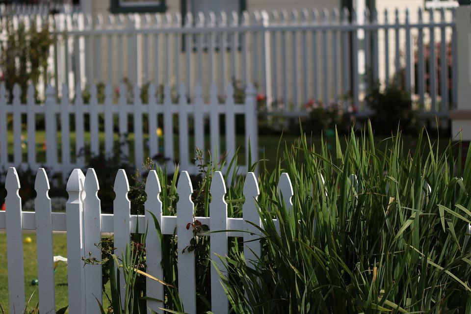 Fence calculator: a white picket fence - the epitome of the American Dream