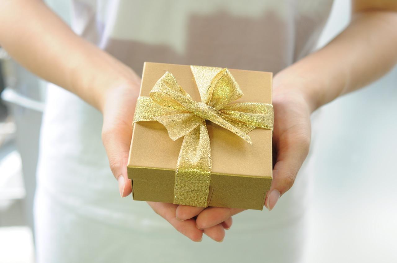 Image montrant comment trouver une idée de cadeau original en fonction de la personne à qui on l'offre. Conseil depuis la catégorie Cadeaux & Loisirs de la boutique en ligne boomattitude.com.