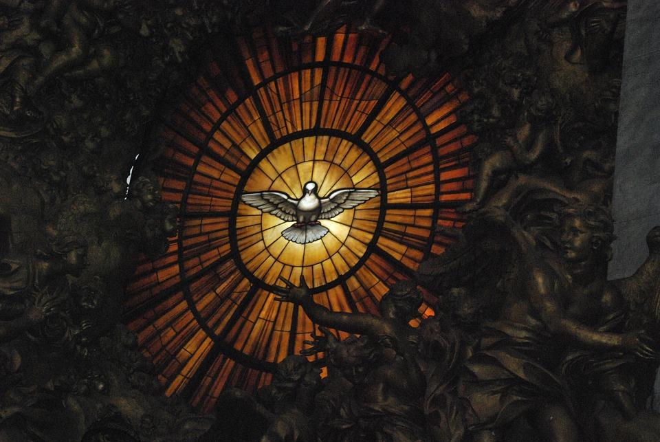 サン・ピエトロ大聖堂のステンドグラスの窓です。