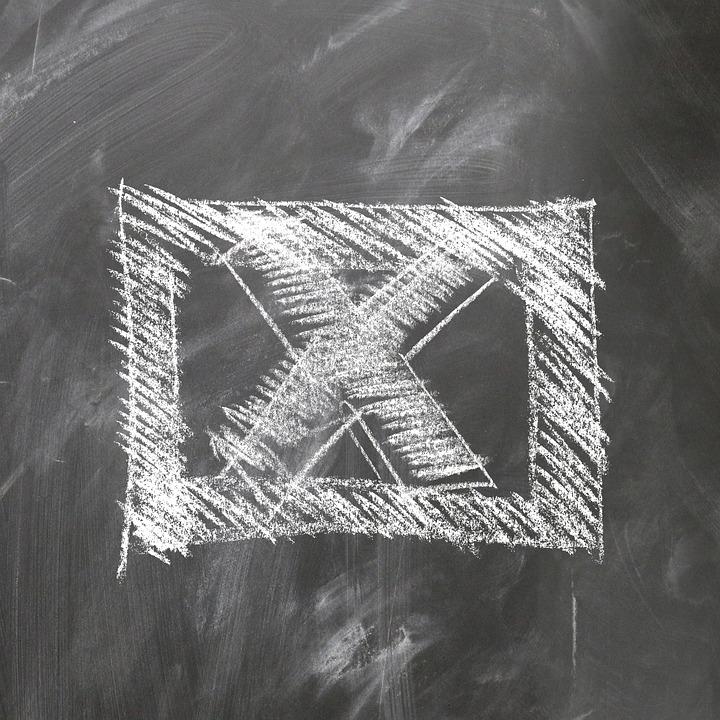 X in un quadrato disegnata su una lavagna