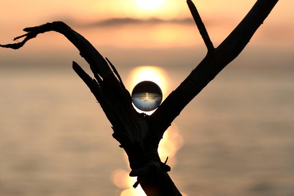 自然, 風景, ガラス, ガラス玉, ビー玉, ボール, 流木, 鏡, 反射, 空, 雲, 海, 浜辺