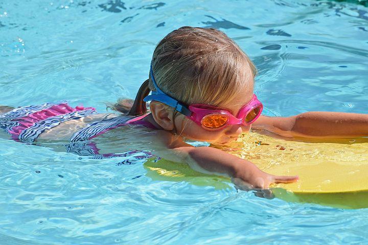 https://cdn.pixabay.com/photo/2017/07/11/20/23/young-swimmer-2494906__480.jpg
