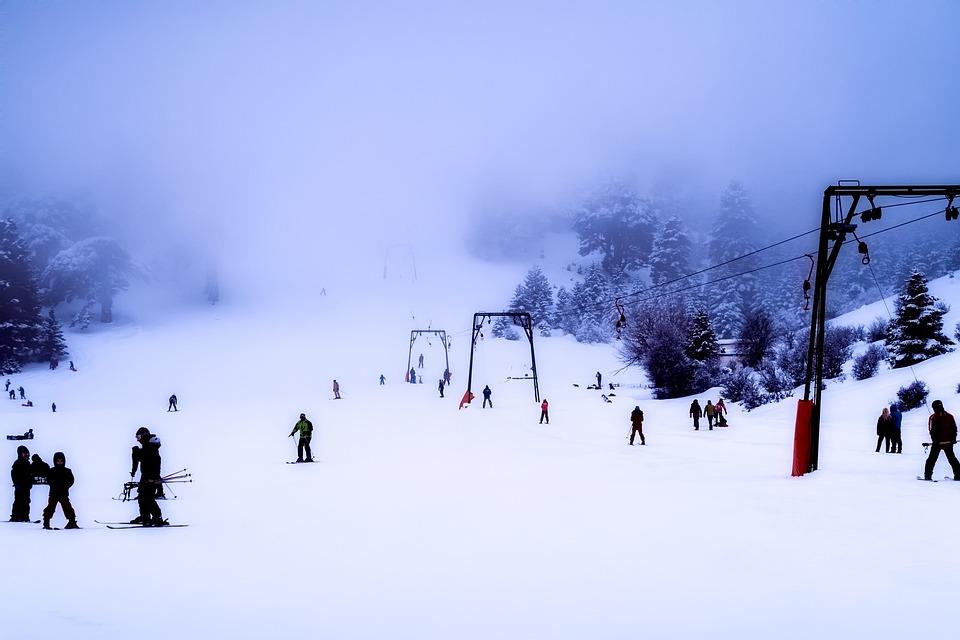 Egy sífelvonó 2,1 MJ munkával 12embert húz fel a hegy tetejére.