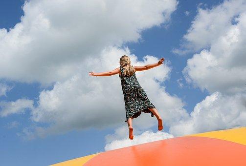 女の子, 跳躍, 枕, 公園, ジャンプ, 楽しい, 人, 幸せ, アクティブ