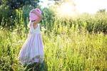 mała dziewczynka, kwiaty, łąki
