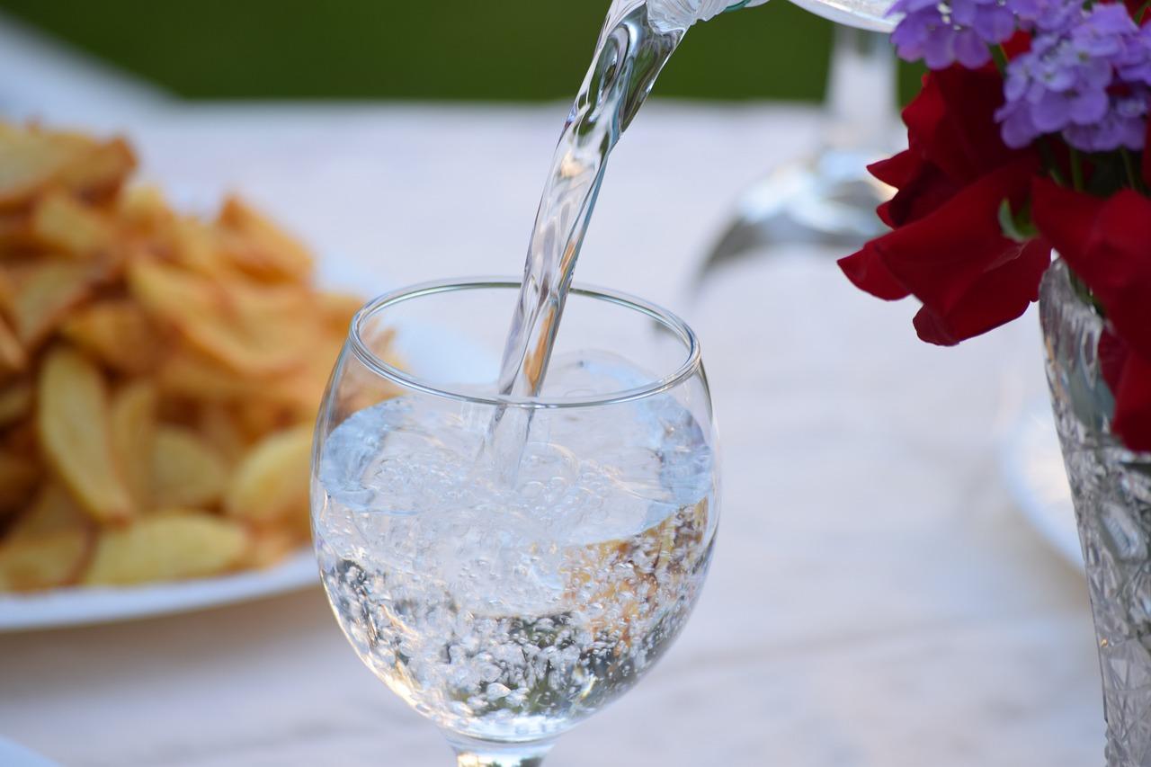 Konsumsi air putih untuk kesehatan dan detox tubuh