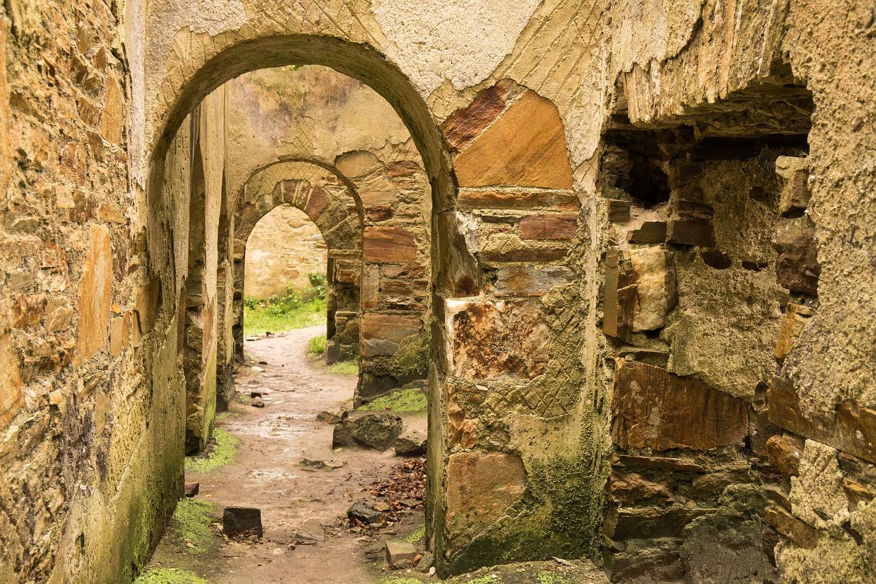 тем менее старинные руины фото еще