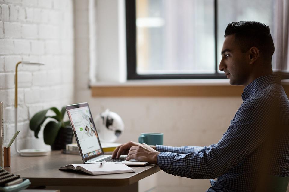4.Googleマイビジネスの基本情報の編集|男性がPCを操作している写真|Googleマイビジネスの登録方法と使い方|アインの集客マーケティングブログ