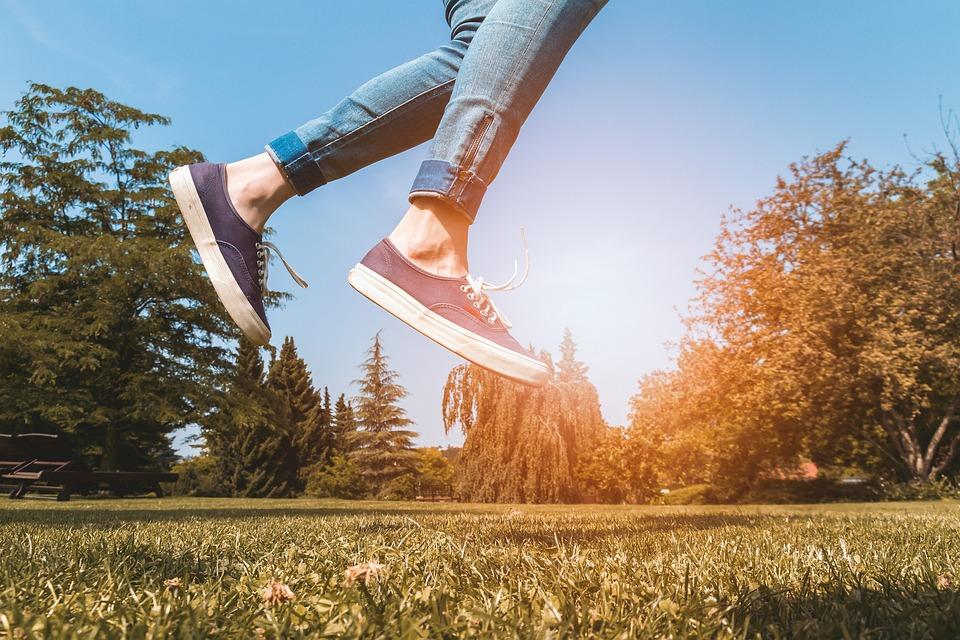 幸せ, ジャンプ, 若いです, 太陽, 公園, 緑, 女の子, 女性, 夏, 靴, 人, 春, ライフスタイル