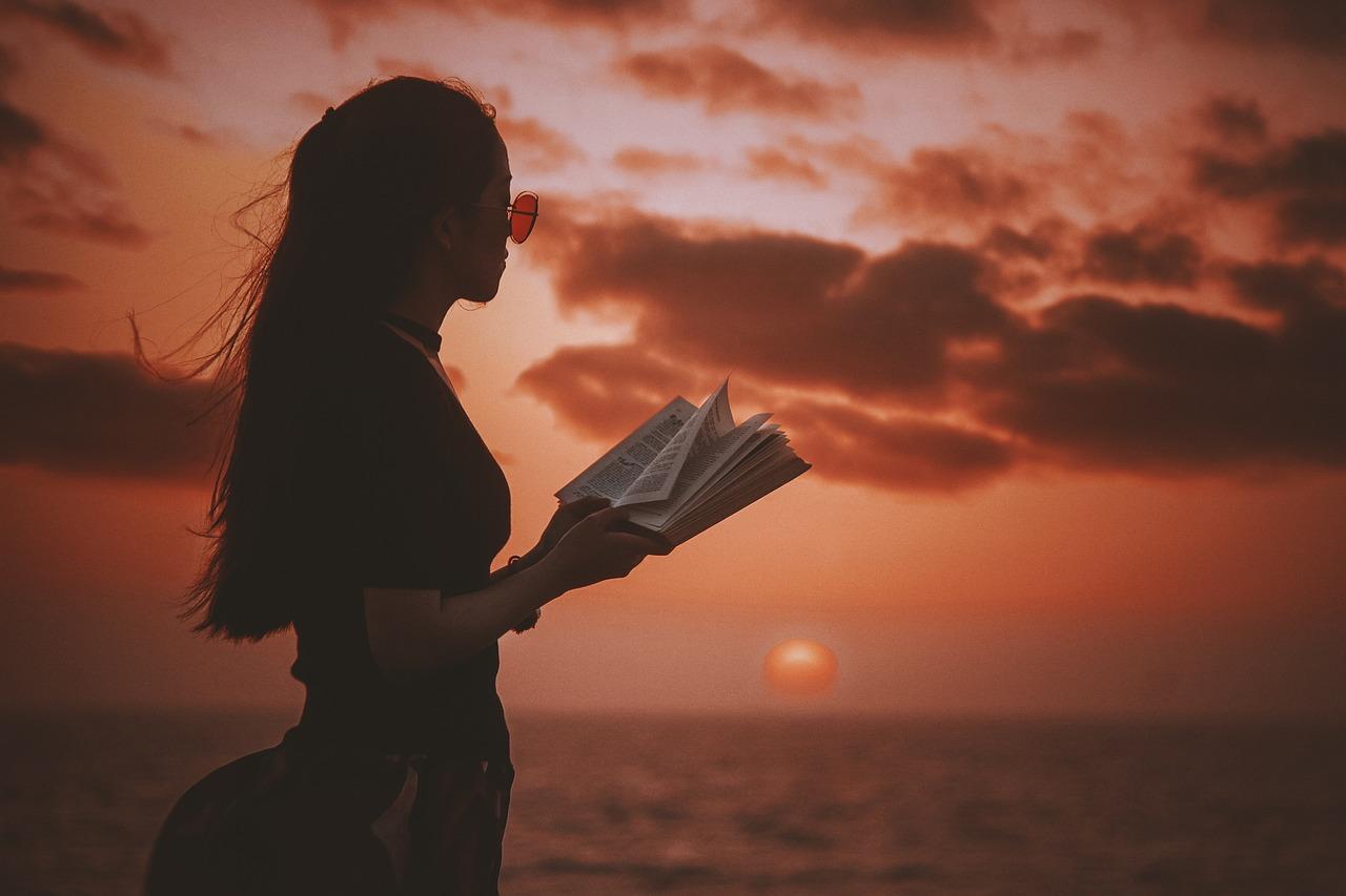 Фото девушка с книгой у моря