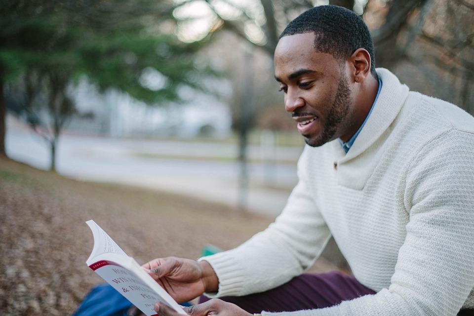 人, 男, 笑顔, 幸せ, 読書, 本, 座っている, 外, ブラック