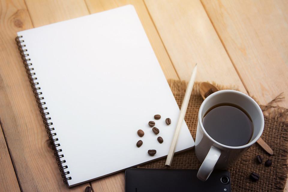 Vue de dessus de bureau en bois clair avec smartphone et tablette
