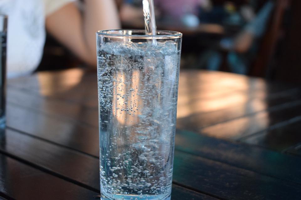 ボトル, ミネラルウォーター, ペットボトルの水, 水を飲む, プラスチック, 液体, 青, 炭, ドリンク